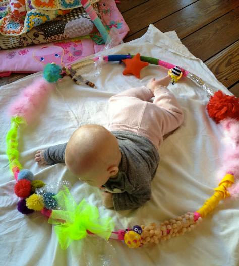 bebè gioca su un tappeto