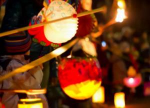 bambini con lanterne