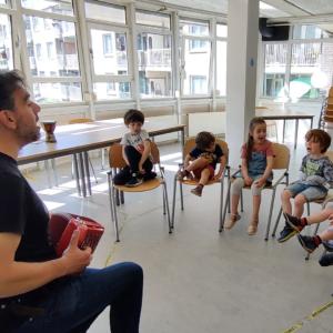 musica e canto con bambini e insegnante