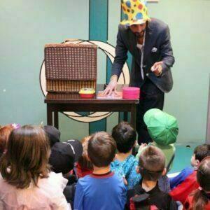 mago con cappello fa una spettacolo per bambini