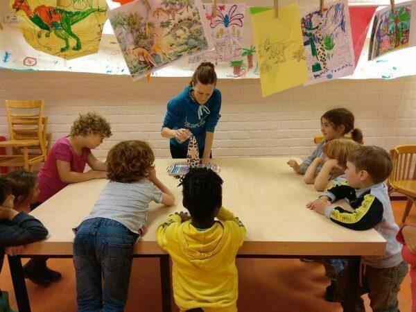 insegnante spiega un attività ai bambini