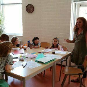 bambini disegnano insieme a insegnante