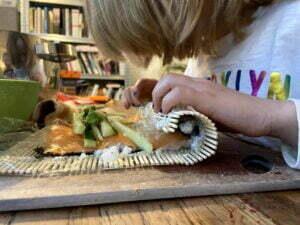 bambino che prepara del sushi