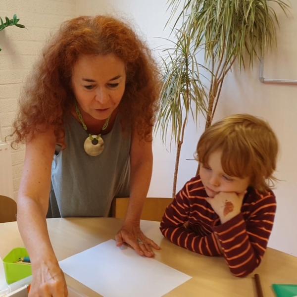 insegante che spiega a un bambino un'attività
