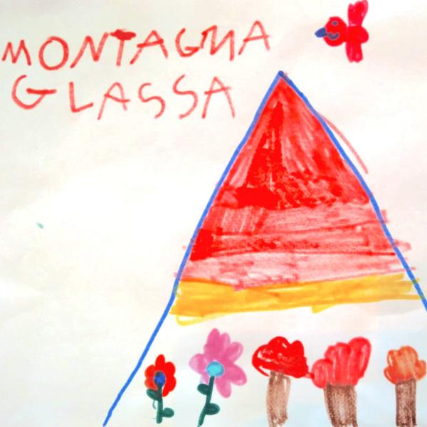 il disegno di un bambino che rappresenta una montagra