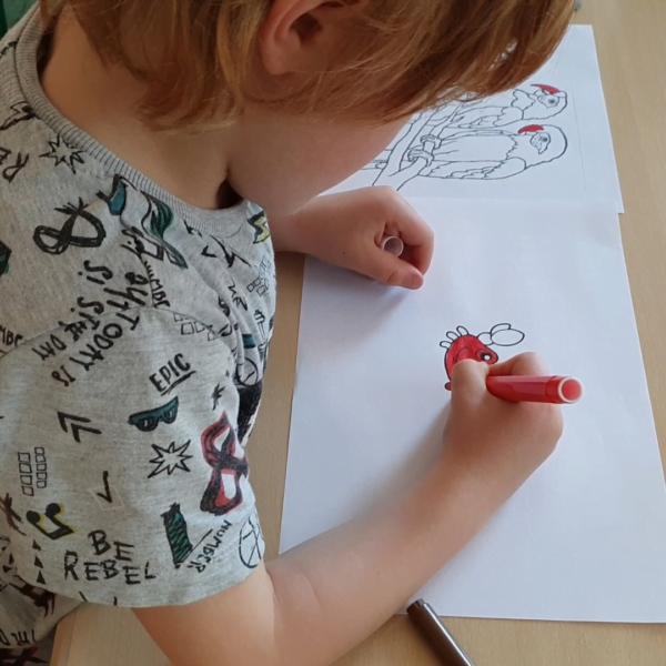 babino che colora un disegno