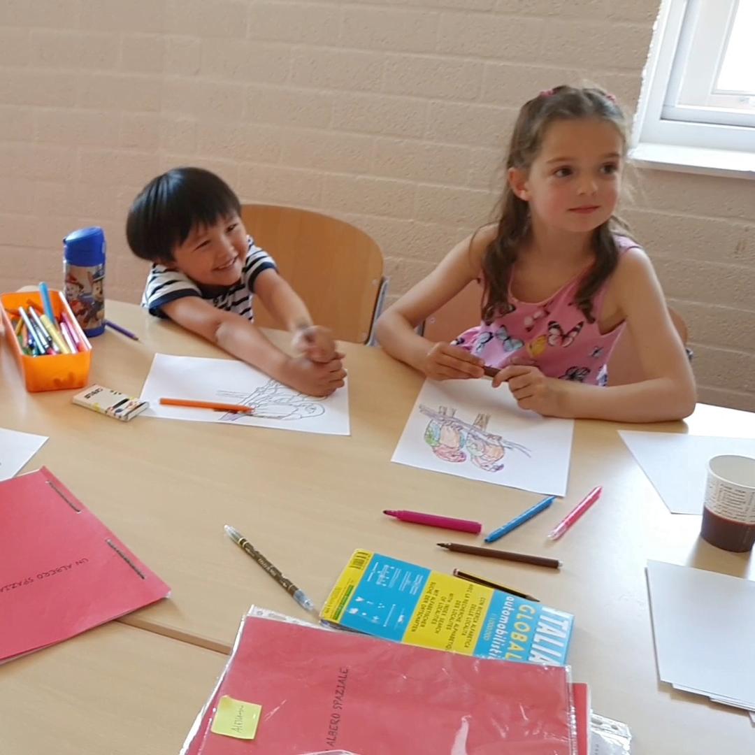 bambini che disegnano e interagiscono