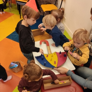 attività con ombrelli per bambini 1-3 anni