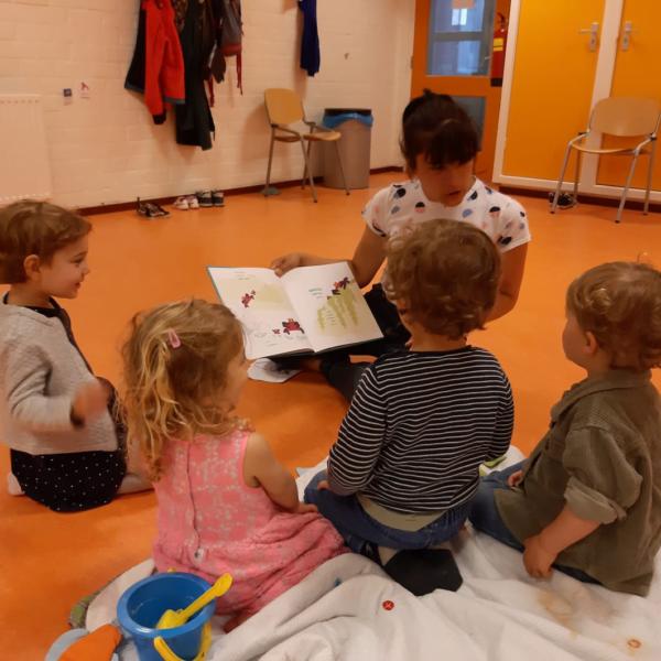 bambini 2-3 anni che leggono una storia con insegnante