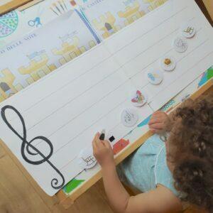 bambina impara le note giocando