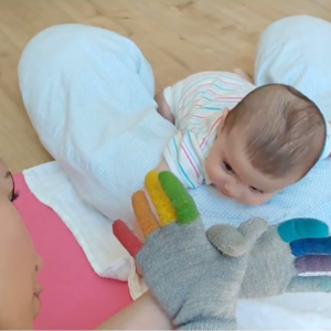 neonato e mamma che giocano